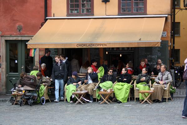 Cafe Stockholm gente con mantas
