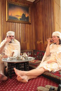 Baño turco tomando te