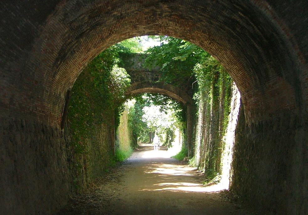 Vía verde Carrilet Olot. La antigua vía del tren es hoy un bicicarril. Foto de Roberto Al. Via flickr CC.