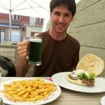 comiendo con cerveza verde