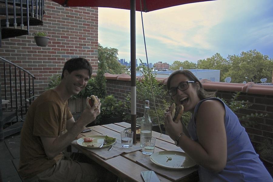 cenando en la terraza