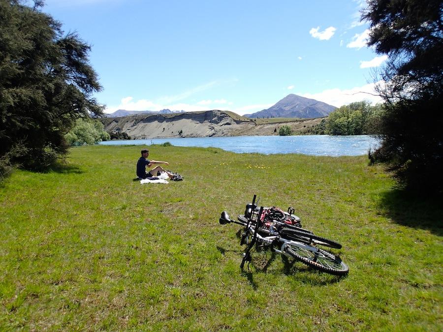 Un picnic durante la excursión en bici por lago Wanaka