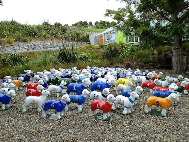 Viñedos de Brick Bay con esculturas a lo largo de un camino