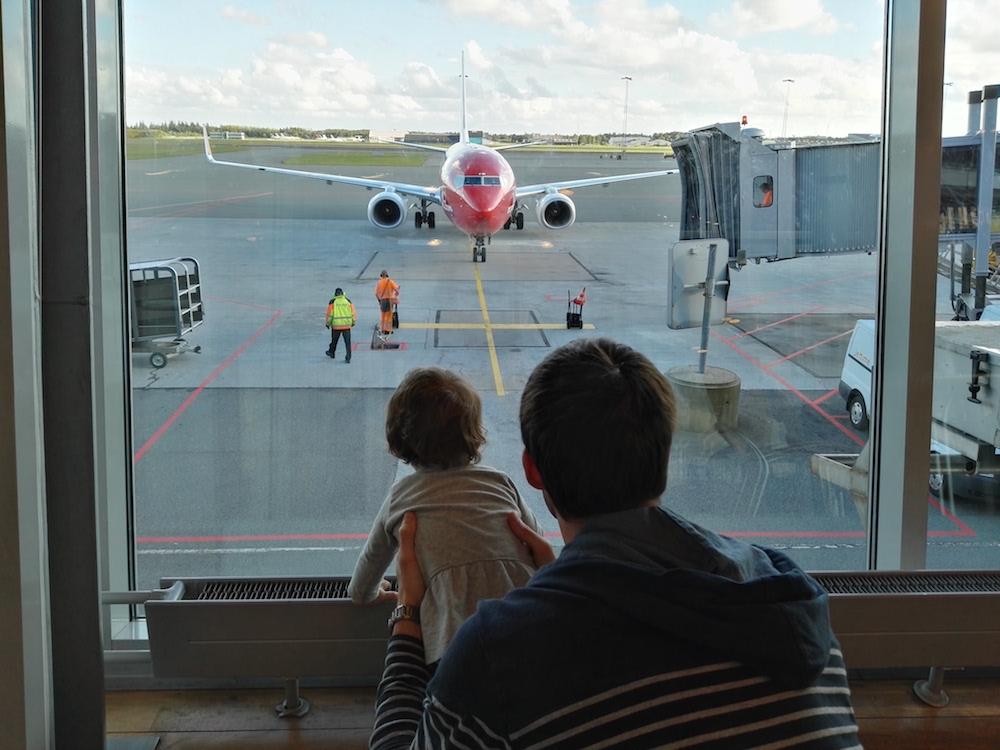 Volar en avión con un bebé ~Foto: Roser Goula